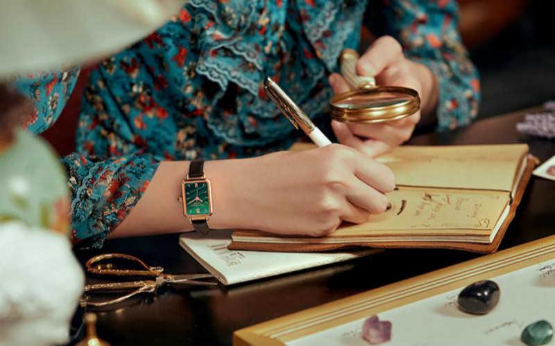 郑爽代言的手表是什么牌子_郑爽同款手表绿色