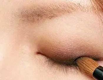 大地色眼影画法步骤图解_如何画大地色眼影步骤图解